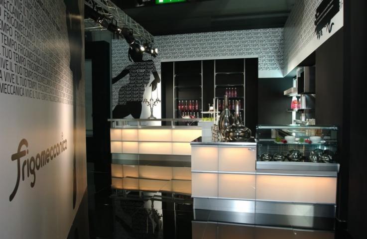 Arredo bar modello strip led rgb frigomeccanica cagliari for Saba arredamenti
